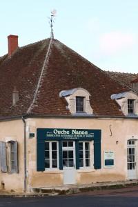 La boutique distillerie sur la place du marché des Bourdelins